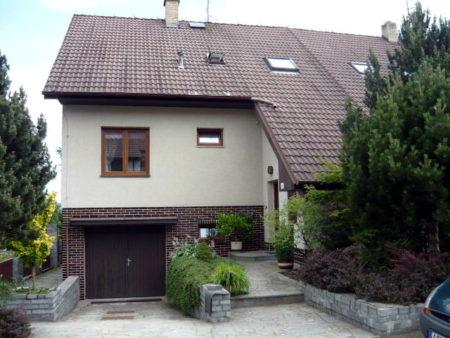 Nová zelená úsporám, Velešín. Další řadový dům v našem portfoliu. Zde jsme řešili výzvu s horizontálním posunutím okenních výplní.