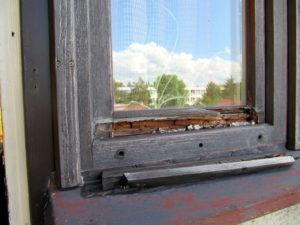 Příklad okna, které zcela jistě bude vyměněno za nové.
