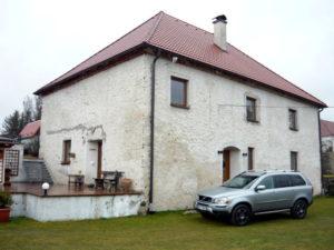 Pro tento více než 100 let starý rodinný dům v Křenově jsme také zpracovali odborný posudek. Investor se původně rozhodl pouze pro zateplení stropu, ale nakonec bylo i citlivě navrženo zateplení obvodových stěn.