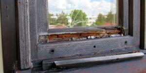 Pohled na dřevěné okno, které je již v opravdu špatném stavu