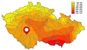 Roční úhrn globálního slunečního záření v ČŘ se znázorněním místa instalace.